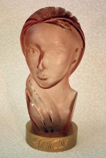 Artwork >> Bust Glass >> Blown glass sculptured portrait of the girl